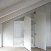 particolare ante armadio mansardato – Menaggio